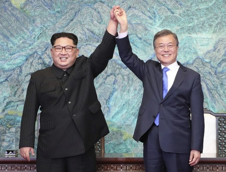 Moon Jae-in and Kim Jong Un holding hands after signing of panmunjom declaration